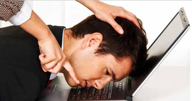 людину змушують працювати за компьютером