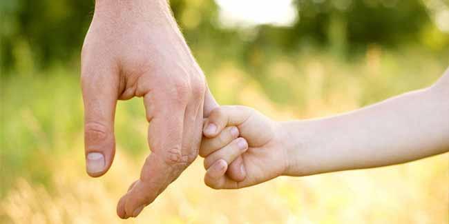 руки батька и дитини