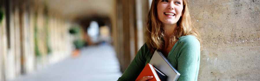 девушка-студентка улыбается
