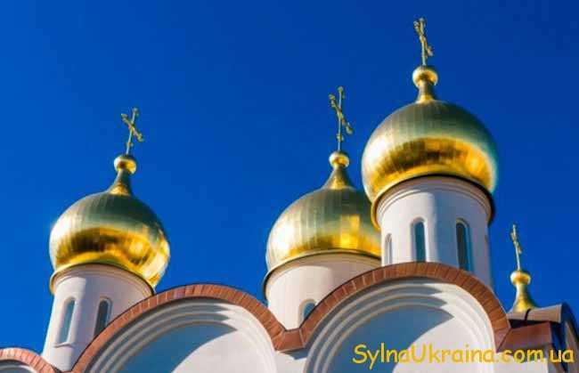 церква и блакитне небо
