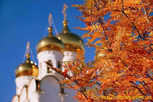церква  і жовті листи на дереві