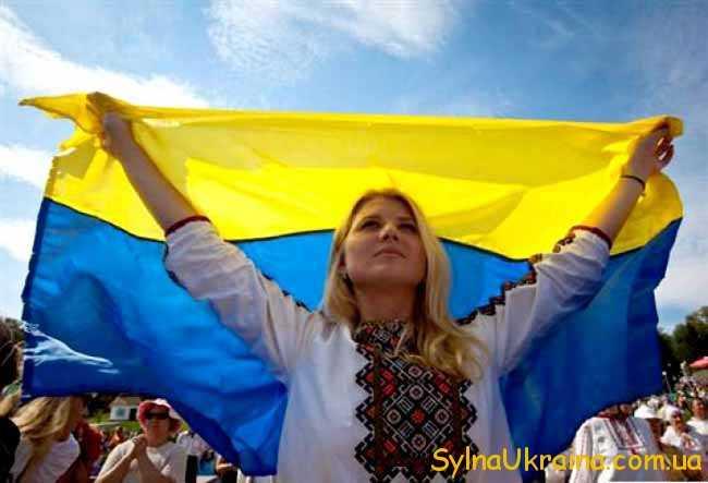 дівчина у вишиванці і прапор