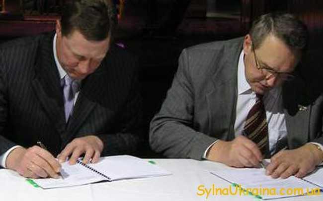 працівники підписують