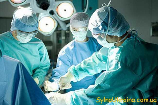 лікарі на роботі