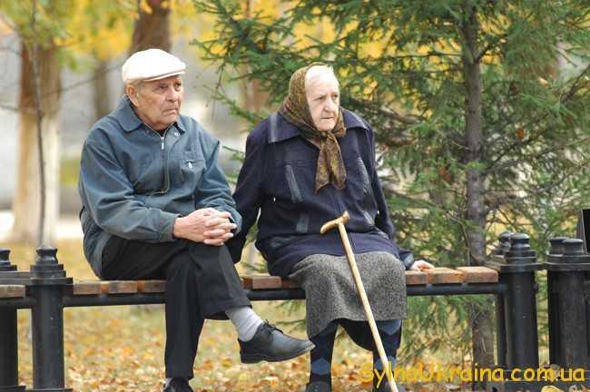 бабуся і дідусь на лавці