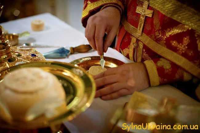 Відвідавши церкву слід принести з богослужіння шматочок просфори
