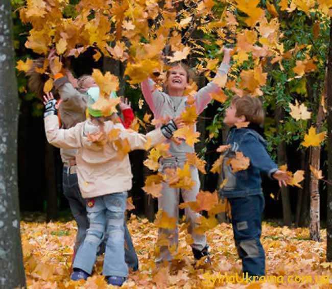 дітки і осіннє листя